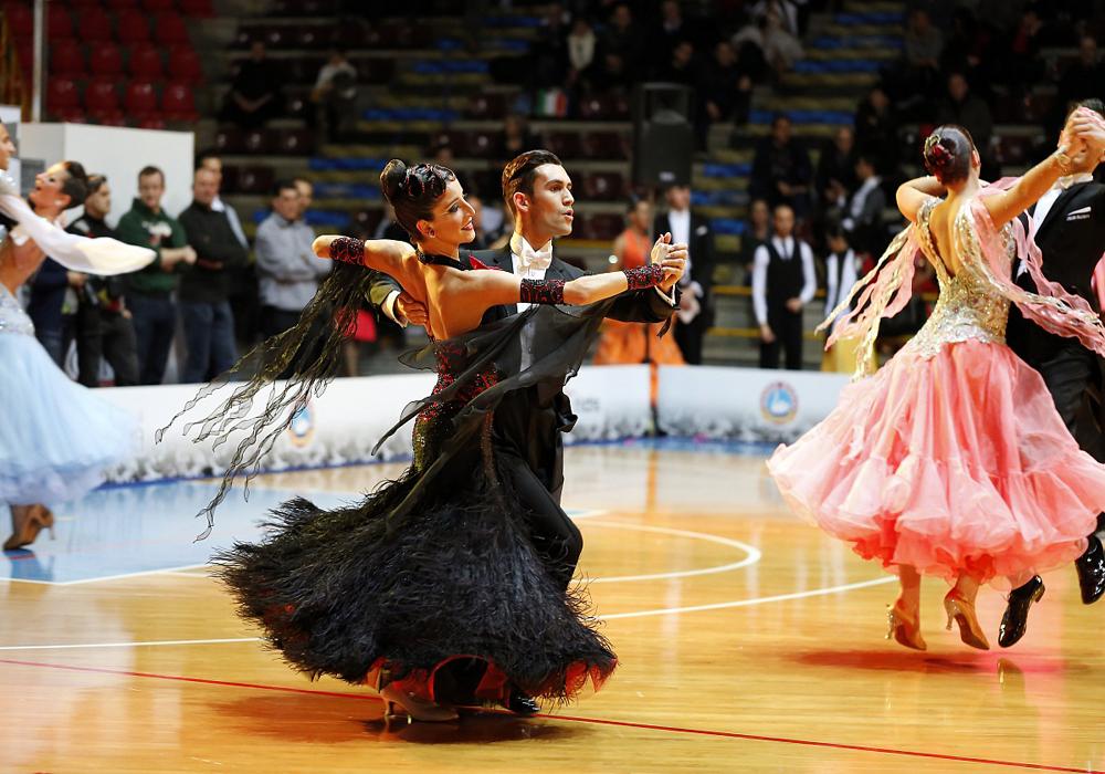 Danze-Internazionali-Liscio-Unificato-Valzer-Lento-Tango-Fox-Trot_Club_Royal_Dance